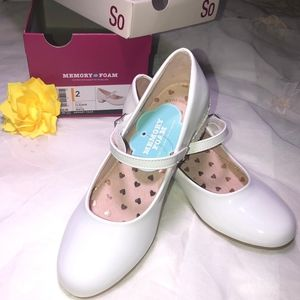 Little girl write shoes